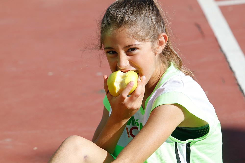 Jugadora repone fuerzas con una manzana