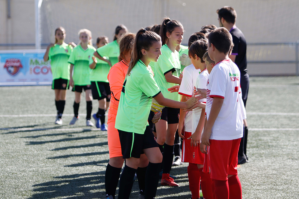 Jugadoras saludan a sus rivales