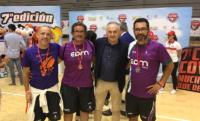 De derecha a izquierda: David López, entrenador del EDMB Teatinos; Rafael Gordillo, padrino de la Copa COVAP; y resto del cuerpo técnico.