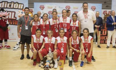 José Antonio Cazorla (arriba a la derecha), entrenador del CAB Estepona de baloncesto femenino, junto a sus jugadoras y compañeros del cuerpo técnico.